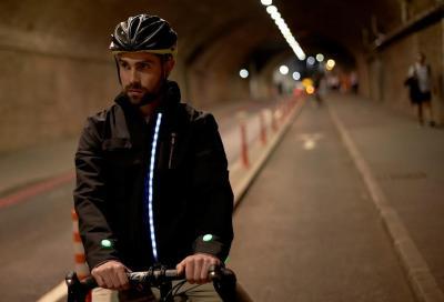 """Ford ha progettato una """"Smart Jacket"""" per la sicurezza dei ciclisti"""