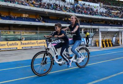 """L'italianissima """"bici degli abbracci"""" premiata anche dalla Nato"""