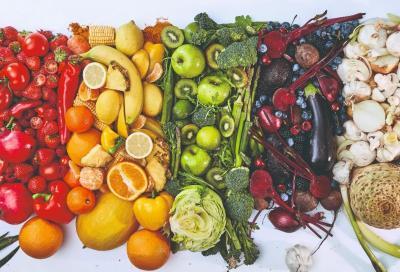 Arcobaleno di frutta e verdura per stare in forma in bici