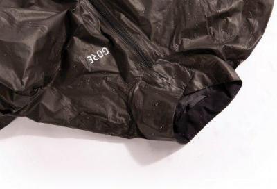Le giacche e i tessuti più resistenti all'acqua per pedalare sotto la pioggia